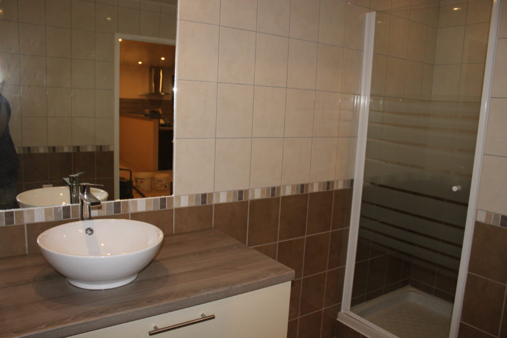 pose de vasque robinetterie wc chauffe eau porte de. Black Bedroom Furniture Sets. Home Design Ideas